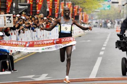 Abraham Kiprotich winning Daegu marathon, April 14, 2013.